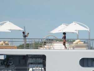 Barack Obama Turned Photographer For His Wife On Mini-Skirt On A Yacht (Photos)